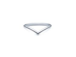 id fine DASH V-RING i rhodineret sølv.
