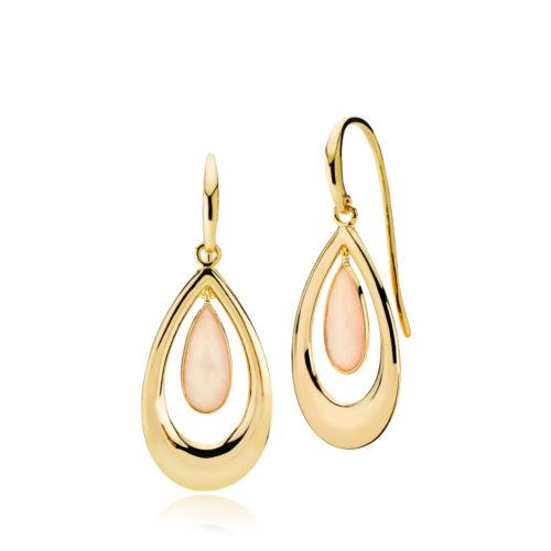 """Izabel Camille """"Imperial"""" ørehænger i forgyldt sølv med pink kalcedon. Omkring den dråbeformet sten er der en dråbeformet tråd i forgyldt sølv."""