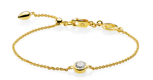 """Izabel Camille """"Dot"""" armbånd i forgyldt sølv med syntetisk zirkonia. Armbåndet kan justeres ved hjælp af glidelåsen."""