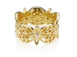 """Izabel Camille """"Blossom"""" ring i blankt forgyldt sølv. Ringen består af blomster hele vejen rundt på ringen. I midten af hver blomst er der isat en syntetisk zirkonia."""