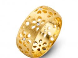 """Spirit Icons """"Flora"""" ring i matteret forgyldt sølv. Ringen er bred med mønster af blomster. I midten af blomsterne er der syntetiske zirkonias."""