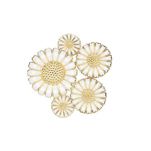 Lund Copenhagen marguerit broche i forgyldt sølv med hvid emalje. Brochen består af 2x11 mm, 2x18 mm og 1x25 mm margueritter.