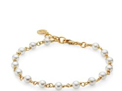 """Izabel Camille """"Miss Pearl"""" armbånd i forgyldt sølv. Armbåndet består af hvide feskvandsperler hele vejen rundt. Armbåndet kan justeres fra 18-19,5 cm."""