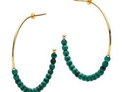 """Izabel Camille """"Miss pearl"""" creol i forgyldt sølv. På creolen er der 36 ægte malakit sten i grønne. Creolen er 40 mm i diameter."""