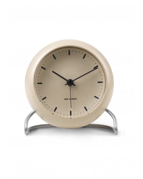 Arne Jacobsen City Hall bordur i beige er lavet af plast. Foden er lavet i mat stål. Borduret er med alarm og LED lys. Urets diameter er 11 cm. Arne Jacobsens bordur passer godt til boligindretningen, på en hylde eller på kontoret.