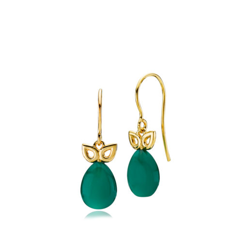 """Izabel Camille """"Scarlet"""" ørehænger i forgyldt sølv. Ørehængeren er med en grøn onyx med gulddetalje over stenen."""