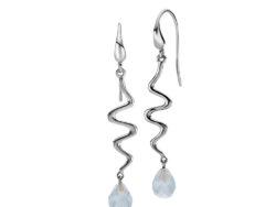"""Izabel Camille """"Saniya"""" ørehænger i sølv. Ørehængeren er bølget med en blå-grå farvede krystal glas."""