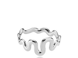 "Izabel Camille ""Saniya"" ring i sølv. Ringen danner bølger hele vejen rundt."