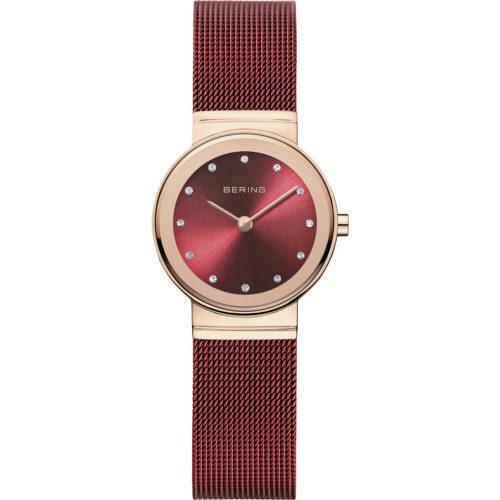 Bering Time dameur i rosaguldduble stål med rød meshlænke og urskive. På urskiven er der syntetiske zirkonias som markeringer. Uret er vandbeskyttet til 5 ATM.