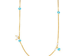 """Izabel Camille """"Paradise"""" halskæde i forgyldt sølv med vedhæng fordelt på kæden. Vedhængene er lyseblå krystaller. Kæden er 45 cm."""