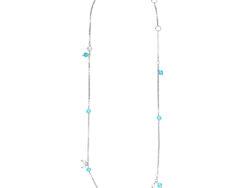 """Izabel Camille """"Paradise"""" halskæde med vedhæng fordelt på kæden. Vedhængene er lyseblå krystaller. Kæden er 45 cm."""