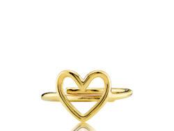 """Izabel Camille """"Love"""" ring i forgyldt sølv. Ringen er formet som et hjerte og er justerbar."""